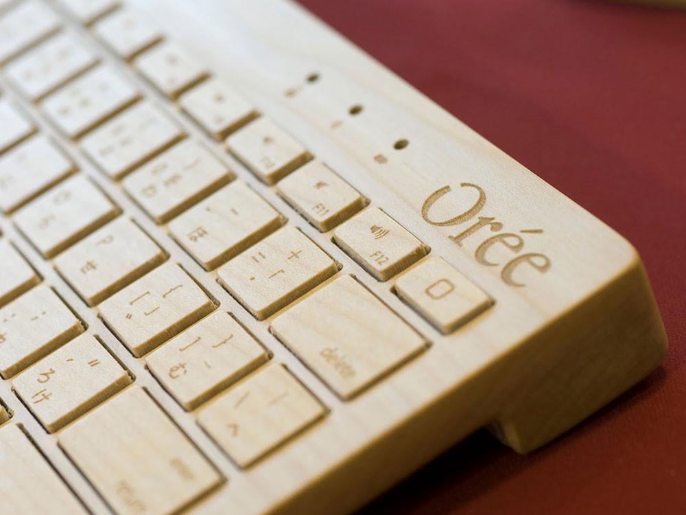 En érable ou en noyer, fait à la main et personnalisable, ce clavier sans fil s'adapte aux tablettes, smartphones et PC équipés Bluetooth.
