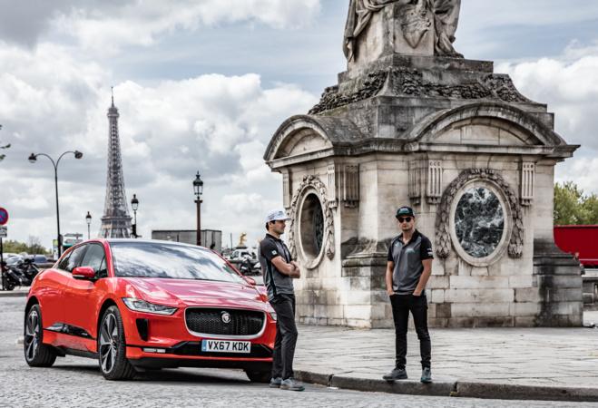 Jaguar I-PACE place de la concorde, devant la Tour Eiffel